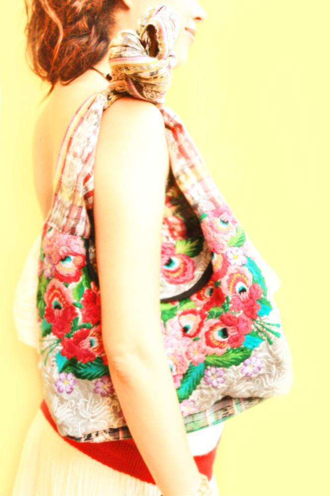 Rosas en el mar bohemian embroidered bag